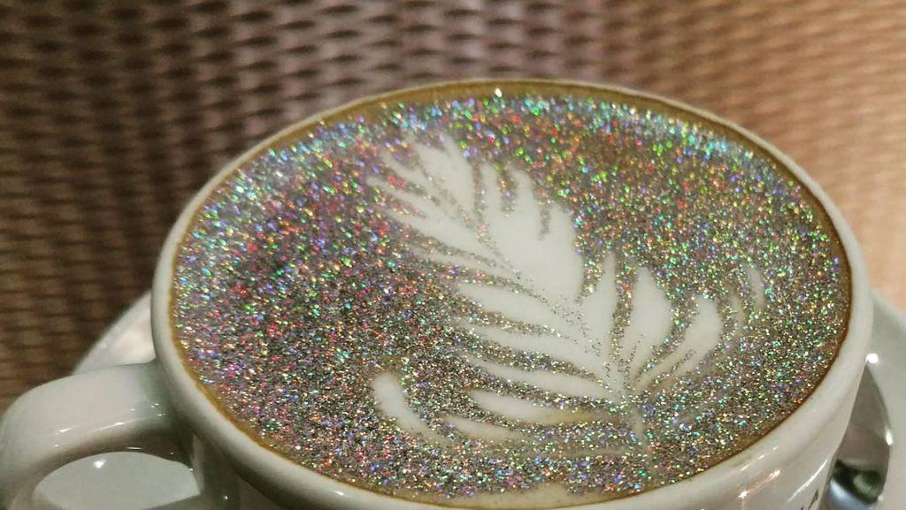 Wow! Cappuccino di Kafe Ini Bertabur Glitter Layaknya Lampu Disko