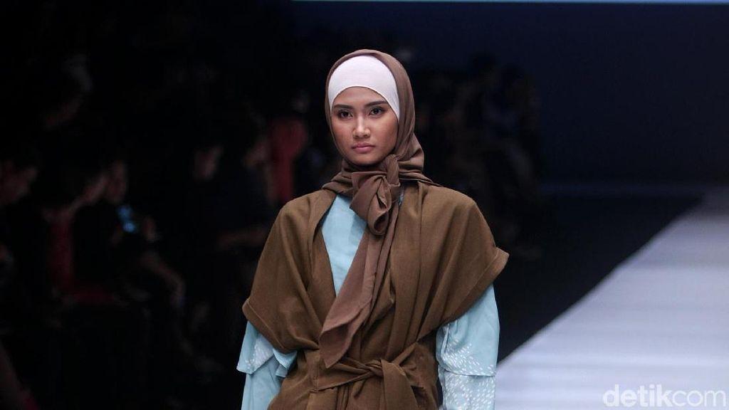 Foto: Bergaya Layering dengan 12 Koleksi Busana Muslim KAMI