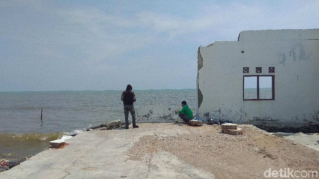 Geliat Warga Karawang Memancing di Puing Desa Abrasi