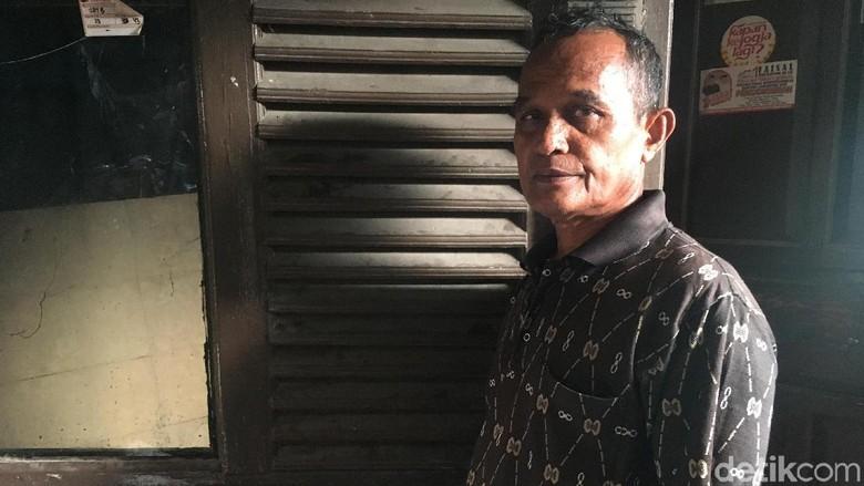 Syarifudin Cerita Tembok Rumahnya di - Jakarta Rumah Syarifudin di RT Luar Jakarta rusak parah akibat tanggul Tembok bagian belakang rumahnya jebol karena tak