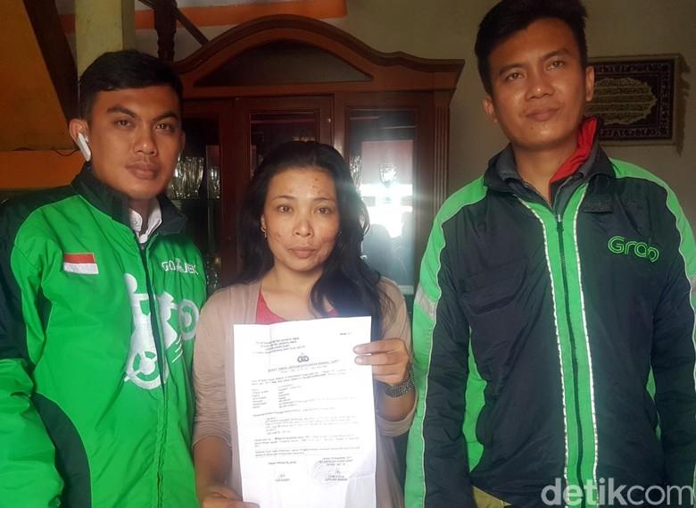 Suami Korban Pencurian Puji Driver - Bandung Sudrajat berulang kali menyalami Terkelin Sumatoro Ojek Online Grab yang mengantarkan Lilis Susanti istrinya dalam kondisi selamat