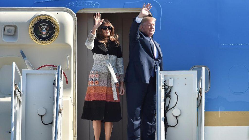 Melania Trump Pakai Coat Fendi Rp 65 Juta Saat Tiba di Jepang