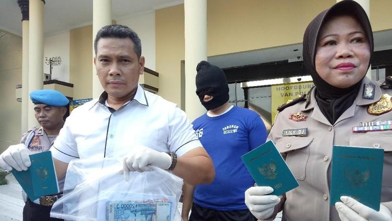 Pungli di Imigrasi Tanjung Perak - Surabaya Aksi pungli pada Kantor Imigrasi Kelas I Tanjung Perak dilakukan seusai jam Itu menjadi jawaban mengapa polisi