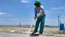Musim Hujan, Petani Garam di Rembang Nekat Produksi