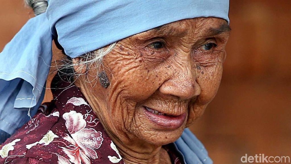 Jokowi Mantu, Mbah Paijem Tetap Bekerja Ngetrik Batu