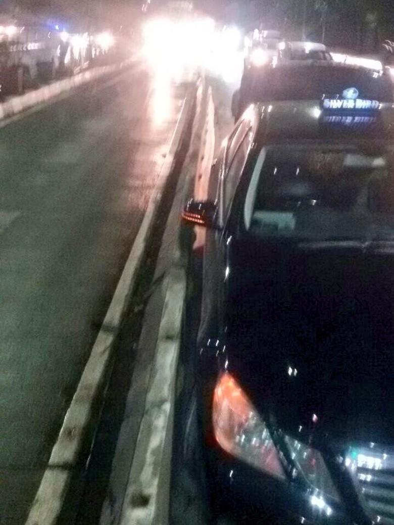 Taksi Tabrak Pembatas Jalan Dekat - Twitter TMC Polda Metro Jaya Sebuah taksi sedan mewah menabrak pembatas jalan di Jalan Gatot Jakarta dekat Gardu