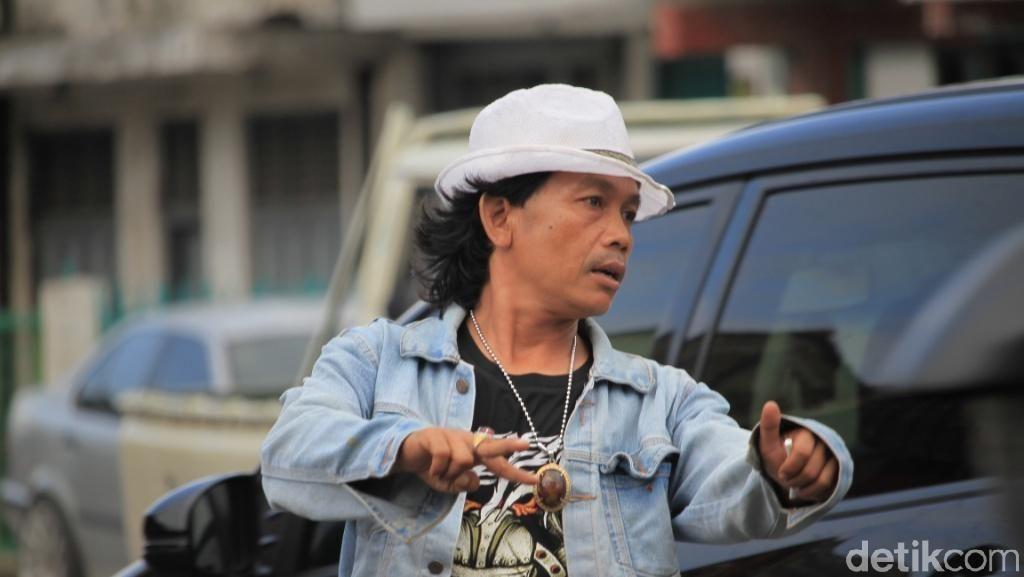 Ini Udin Mick Jagger Pengatur Lalin Nyentrik di Bandung