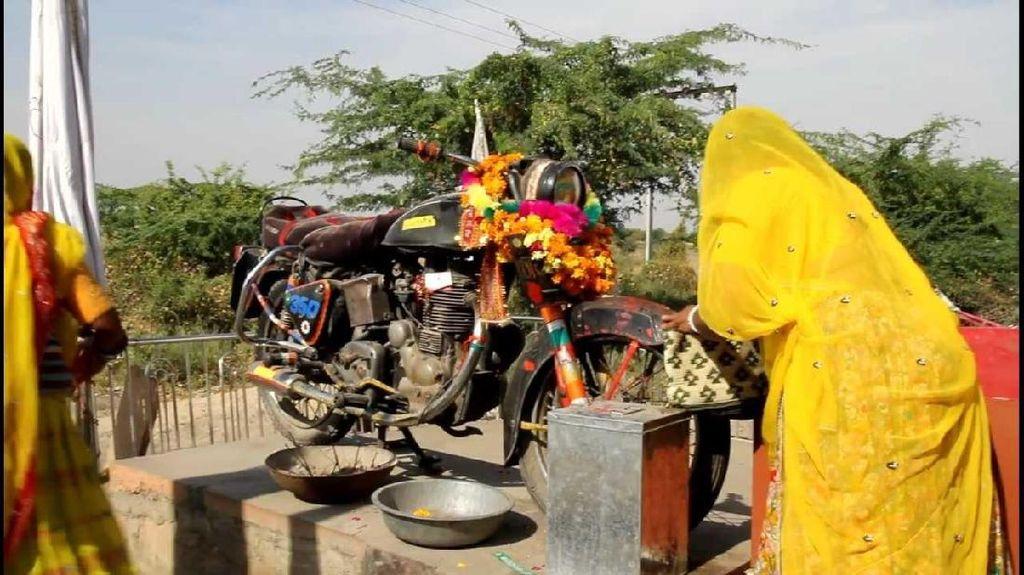 Motor di India Ini Jadi Kuil