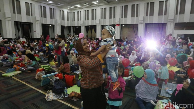 Lucunya Bayi yang Ikut Pijat Massal di Kemenkes