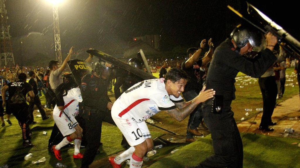 Tentang Kericuhan di Laga PSM vs Bali United