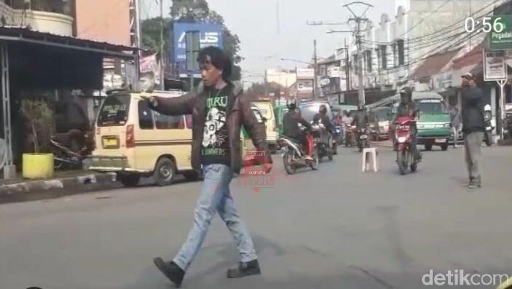 Viral! Pria Dijuluki Mick Jagger Atur Lalin di Bandung