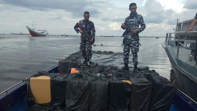 Bak Begini TNI Vs Penyelundup - Pekanbaru Penyelundupan barang dari Singapura ke Indonesia terus ditangkal aparat TNI Mereka masuk lewat pantai kecil dan menyusuri