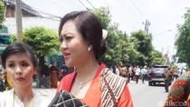 Berkebaya Merah di Resepsi Kahiyang, Happy Djarot: Biar Cintanya Membara!