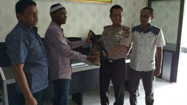 Warga Aceh Sukarela Serahkan Senjata - Aceh Seorang warga Aceh Mukhsin menyerahkan sepucuk senjata api laras panjang rakitan kepada Penyerahan ini dilakukan setelah polisi