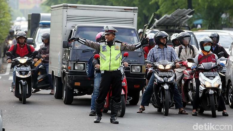 Hadapi Bencana Polantas Polda Jabar - Bandung Bencana alam masih menghantui wilayah Jawa Polisi lalu lintas Polda Jawa Barat ikut turun tangan menghadapi ancaman