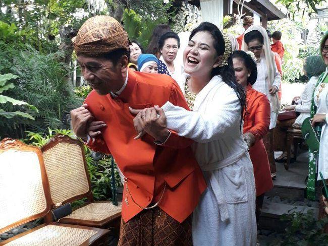 Image result for jokowi gendong kahiyang ayu