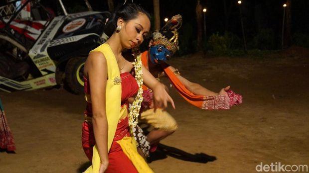 Salah satu aksi penari Lengger Tapeng (Shinta/detikTravel)