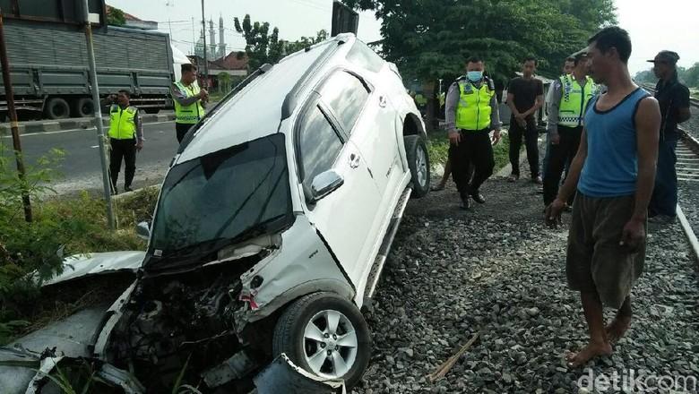 Mobil Terserempet KA Maharani, Dua Penumpang Lolos dari Maut