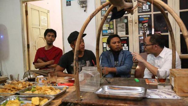 Menteri Ketenagakerjaan M Hanif Dhakiri berbincang dengan kaum difabel di angkringan