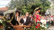Senyum dan Lambaian Tangan Jokowi Saat Kirab Pernikahan Kahiyang