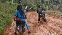 Foto: Mirisnya Jalan Berlumpur Penyebab Siswa Terlambat Sekolah