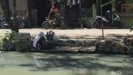 Warga Kalideres Cuci Baju di Kali Maja, PAM: Itu Area Low Supply