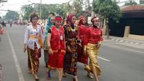 Aparat Wanita Berpakaian Adat Bersiap Iringi Kirab Putri Jokowi