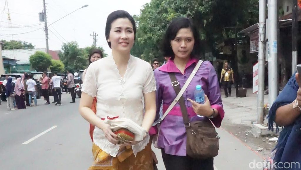 Cantiknya Veronica Tan Datang ke Nikahan Kahiyang-Bobby