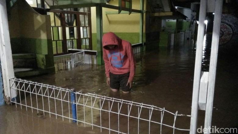 Citarum Ribuan Rumah di Kabupaten - Kabupaten Bandung Ribuan rumah di Kabupaten Bandung terendam banjir akibat meluapnya Sungai Tiga kecamatan terdampak banjir terdiri Baleendah