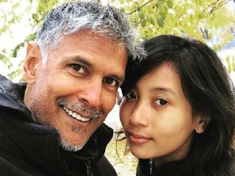 Kisah Cinta Aktor Bollywood Berumur 52 Tahun dan Gadis 18 Tahun