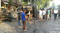 Dua Truk Terguling Dievakuasi, Jalur Surabaya-Lumajang Kembali Normal