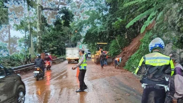 Tebing di Jalan Raya Puncak Longsor, Banyak Pemotor Tergelincir