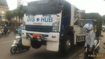Saat Mobil Derek Dishub Tak Kuat Bawa Truk yang Mogok di Tebet