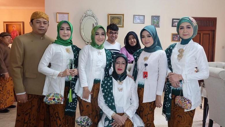 Saat Ketum PBNU Sapa Ibunda Jokowi di Akad Nikah Kahiyang