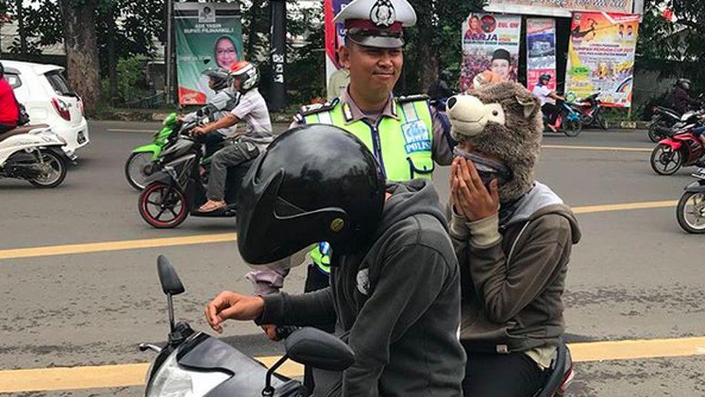 Boncenger Pakai Helm Boneka yang Gemesin, Ditilang Polisi Deh