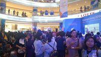 Pengunjung memadati Lotte Shopping Avenue untuk bertemu AOA.