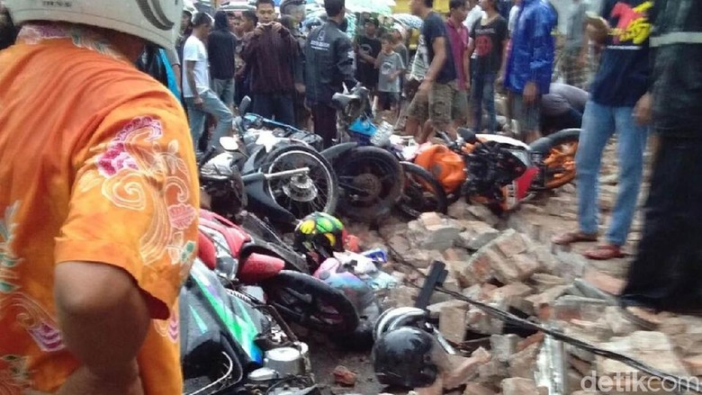 Semua Korban Tewas Tembok Roboh - Tegal Empat korban tewas akibat tertimpa bangunan rumah yang roboh di Jalan Raya Kecamatan Talang Kabupaten Jawa sudah