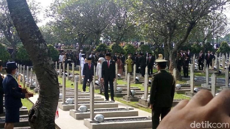Jokowi-JK Tabur Bunga di Makam Ahmad Yani hingga Pahlawan Tak Dikenal