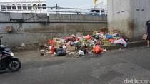 Jorok, Sampah Menumpuk di Dekat Flyover Kebayoran Lama