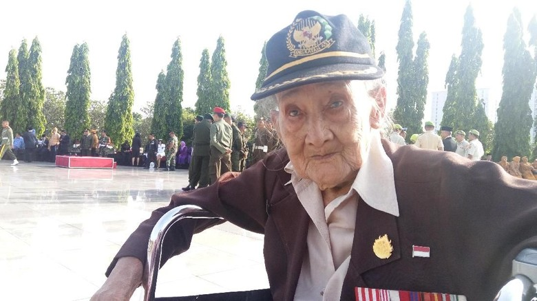 Tatapan Mbah Patmo Sang Perawat - Jakarta Usia tak membuat Mbah Patmo patah semangat untuk upacara Matanya sama cerahnya dengan matahari pada pagi di