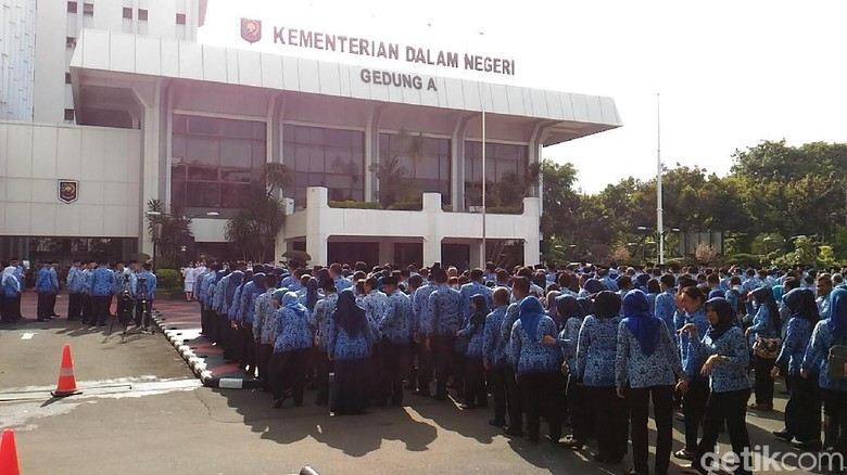 Mendagri Beri Penghargaan Kepala Daerah - Jakarta Kementerian Dalam Negeri hari ini menggelar upacara memperingati Hari Pahlawan di Lapangan Utama Gedung Menteri Dalam Tjahjo