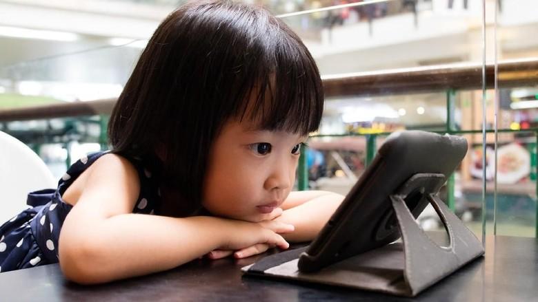Ilustrasi anak bermain medsos lewat gadget/ Foto: Thinkstock