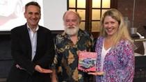 Profesor Australia Tulis Buku Soal Angkot dan Bus Minangkabau
