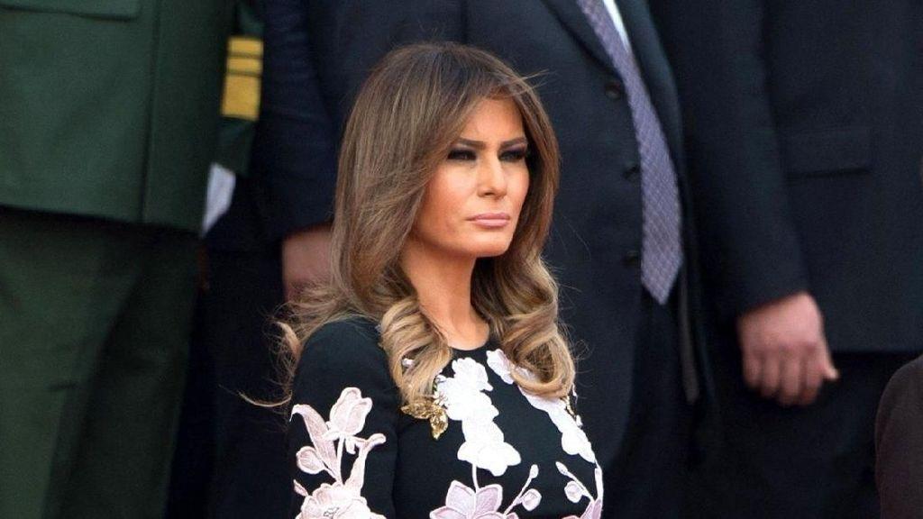 Melania Trump Tampil Anggun di China dengan Gaun Dolce & Gabbana