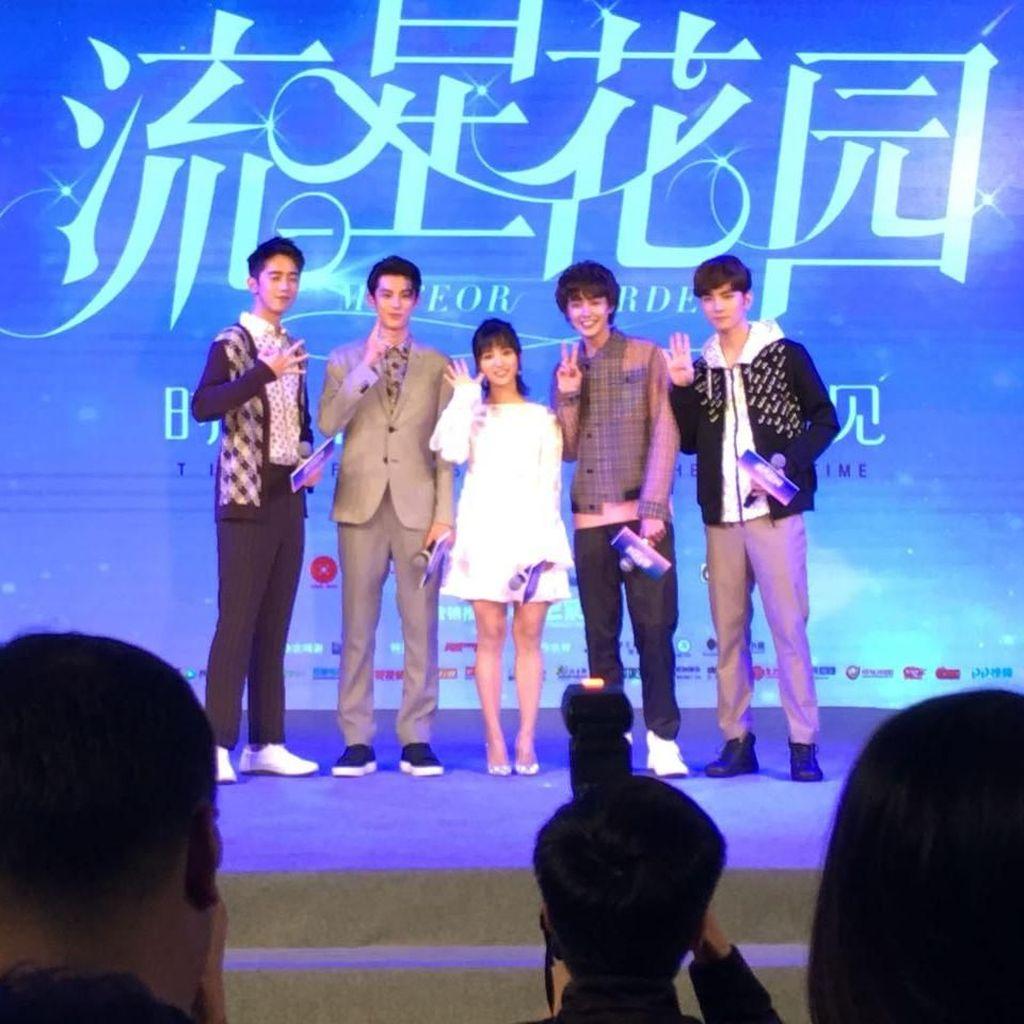 Shen Yue Berpose dengan F4 untuk Majalah Elle