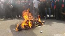 Aksi Bakar-bakaran Massa Demo Buruh di Depan Balai Kota