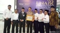 Kapolrestabes Surabaya Dapat Penghargaan dari Universitas Airlangga