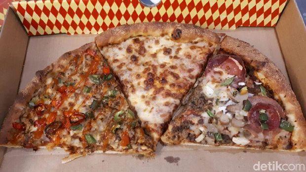 Pezzo Pizza: Empuk Gurih Cheesy Cheese dan Supremo Buatan Gerai Pizza Singapura