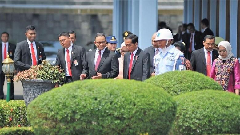 Momen Anies Antar Jokowi Naik Pesawat di Bandara Halim