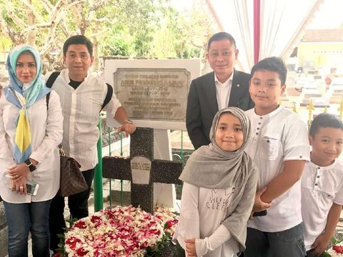 Menteri ESDM Ignatius Jonan saat ziarah ke makam Pahlawan pertambangan dan geologi Indonesia, Arie F Lasut
